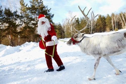 Heiratsantrag im Winter bei Santa Claus machen
