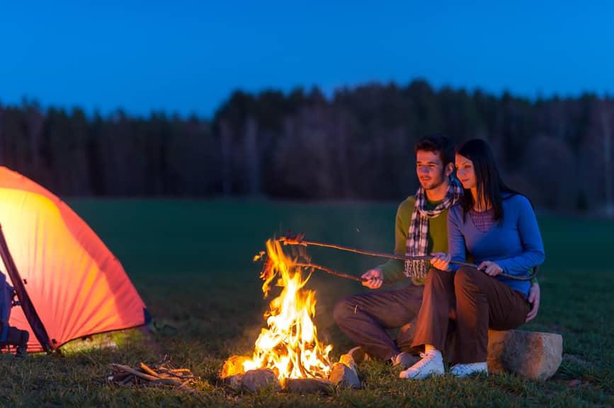 Romantische Heiratsanträge im Freien