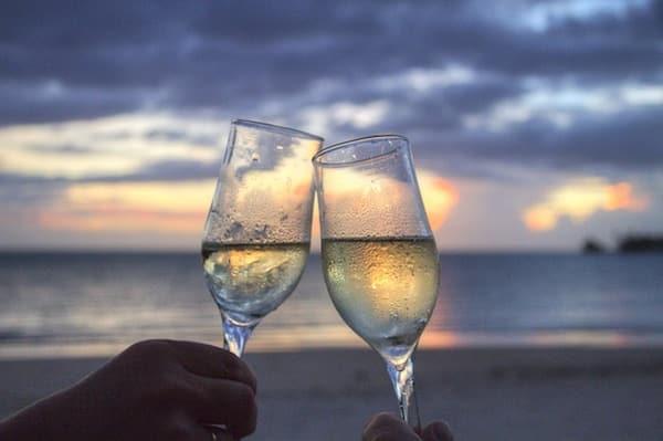 Heiratsantrag planen mit Champagner