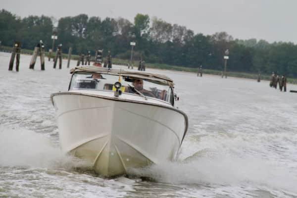 Heiratsantrag der Extraklasse mit einem Speedboot